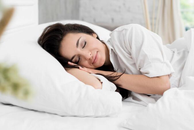 prawidłowa pozycja do spania
